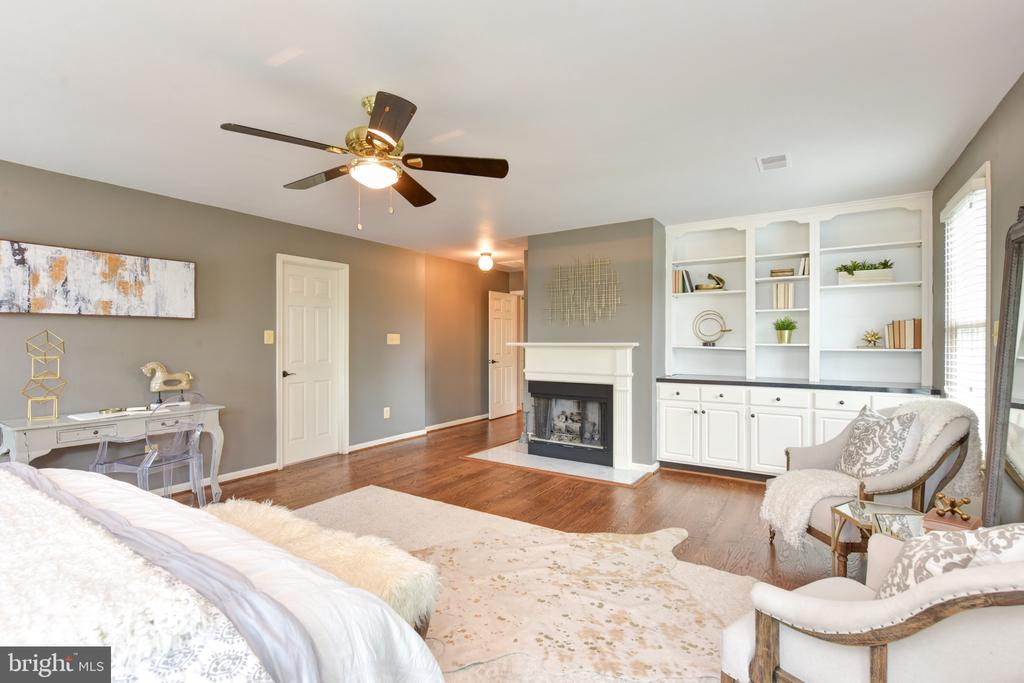Gas fireplace and handsome built-ins - 1000 DARTMOUTH RD, ALEXANDRIA