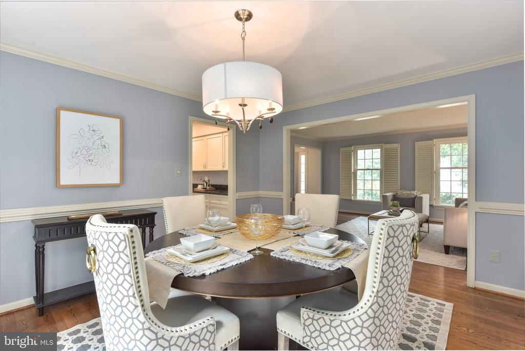 Formal dining room w/ chair rail and crown molding - 1000 DARTMOUTH RD, ALEXANDRIA