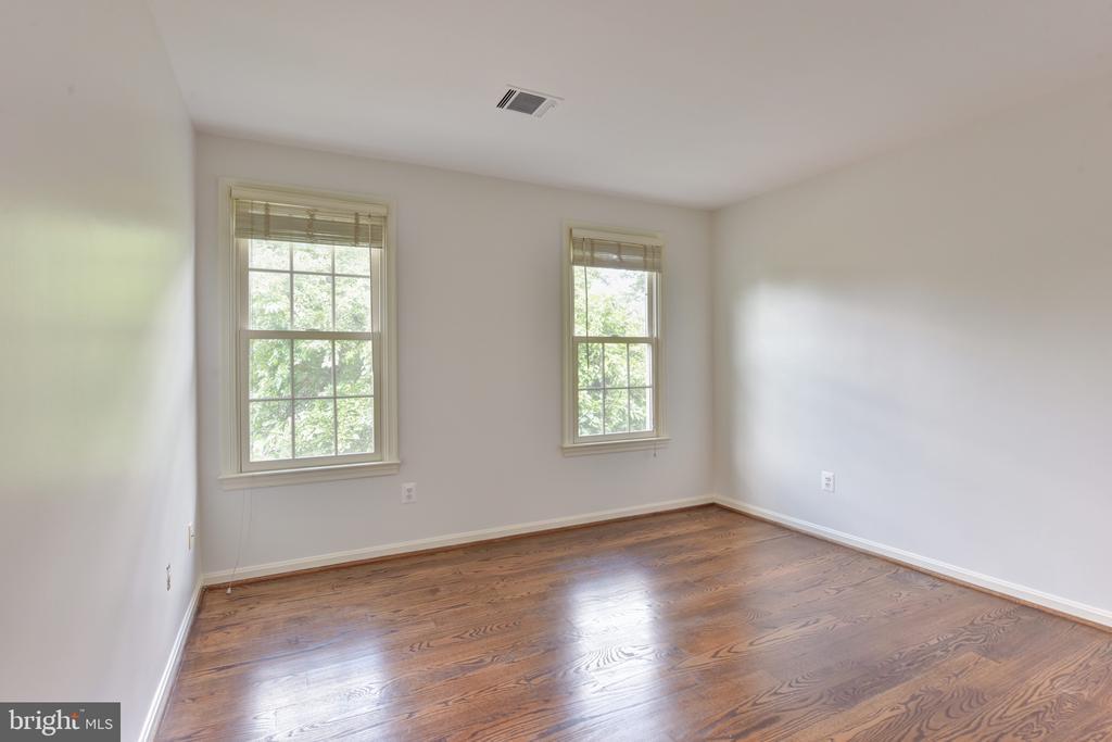 Bedroom 4 on upper level - 1000 DARTMOUTH RD, ALEXANDRIA