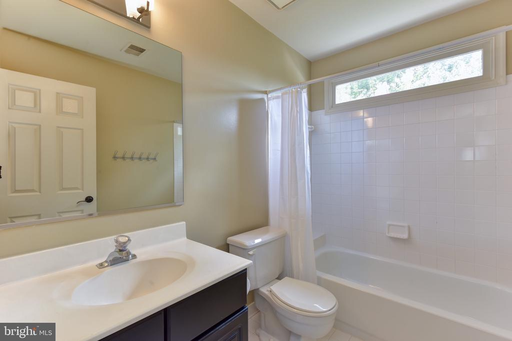 Full bath on upper level - 1000 DARTMOUTH RD, ALEXANDRIA