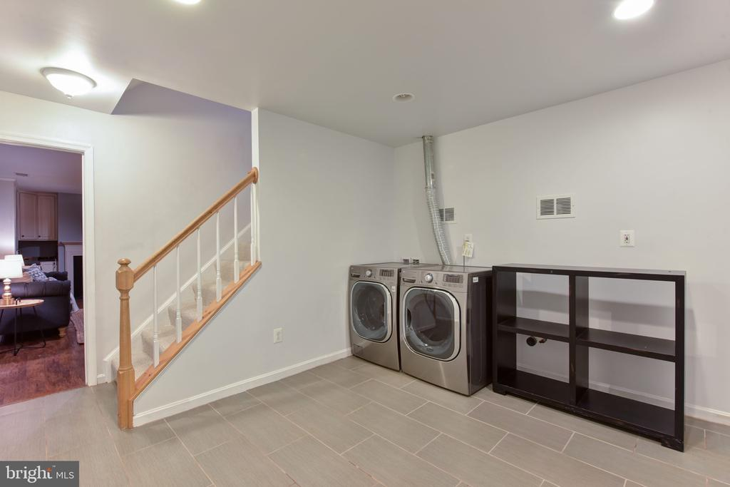Mud Room leads to garage - 1000 DARTMOUTH RD, ALEXANDRIA