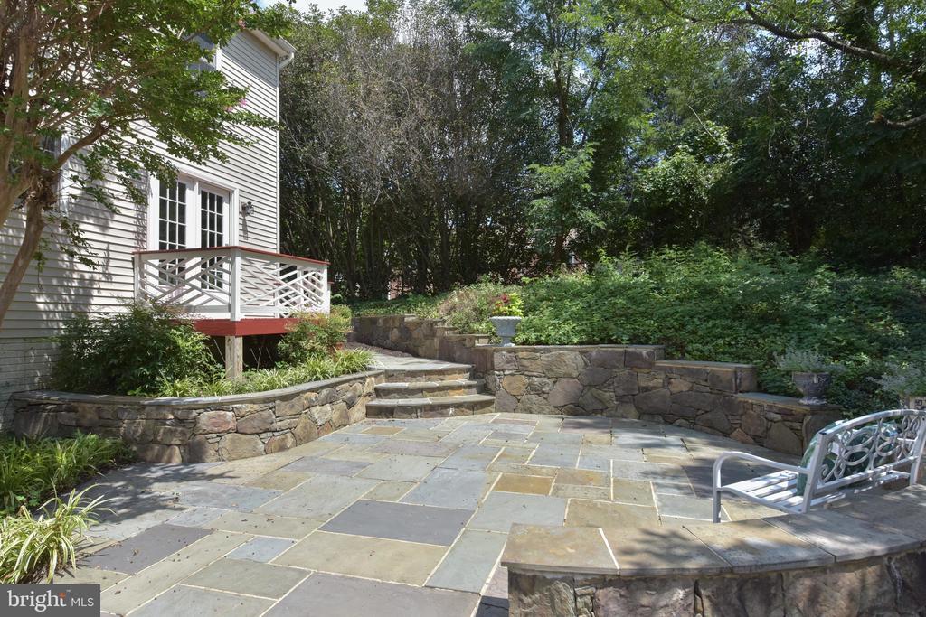 Flagstone patio - 1000 DARTMOUTH RD, ALEXANDRIA