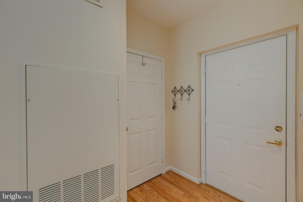 Large entry and coat closet - 6495 TAYACK PL #201, ALEXANDRIA