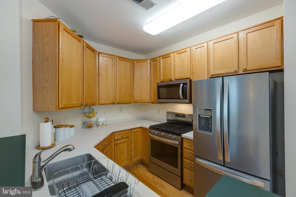 Spacious kitchen with stainless appliances - 6495 TAYACK PL #201, ALEXANDRIA