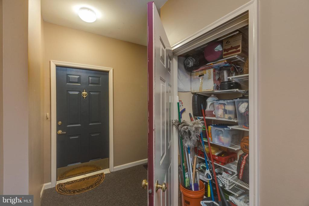 Extra storage space in hall! - 6495 TAYACK PL #201, ALEXANDRIA