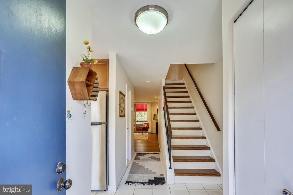 Foyer with additional space to the right - 1643 S HAYES ST #2, ARLINGTON