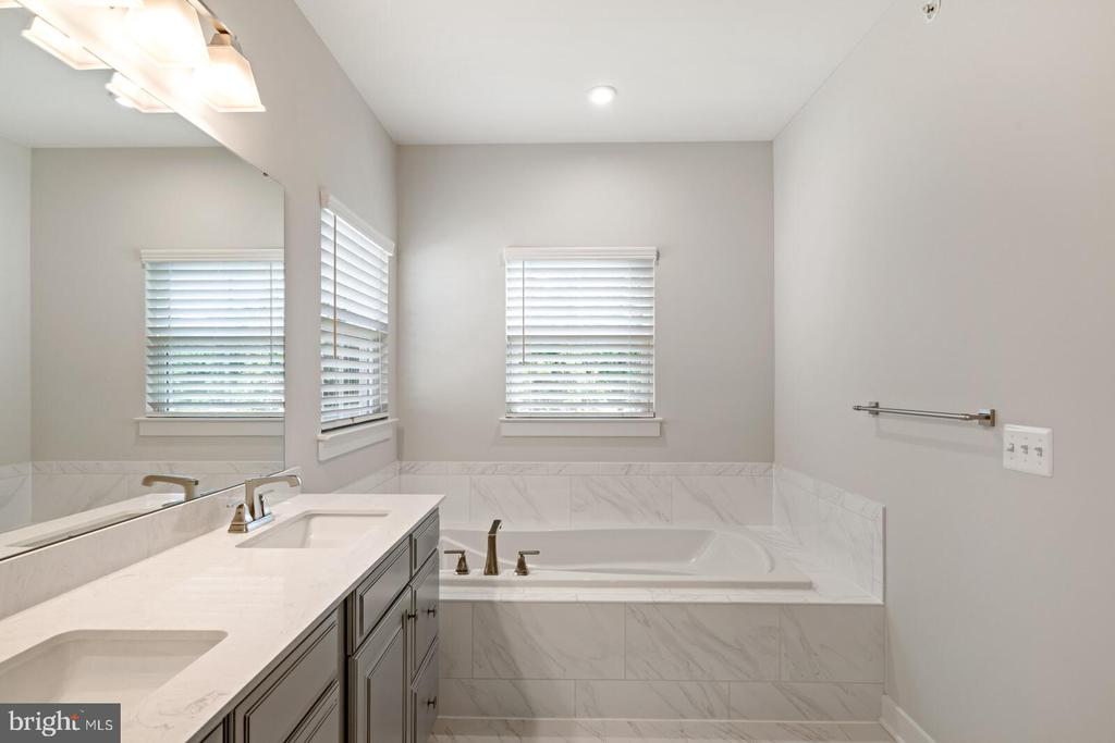 Soaking tub, dual vanities - 17429 SPRING CRESS DR, DUMFRIES