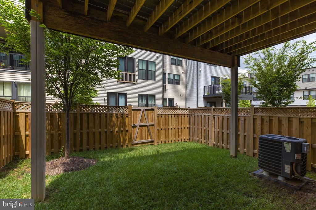 Private fenced yard for garden or patio - 42308 IMPERVIOUS TER, BRAMBLETON