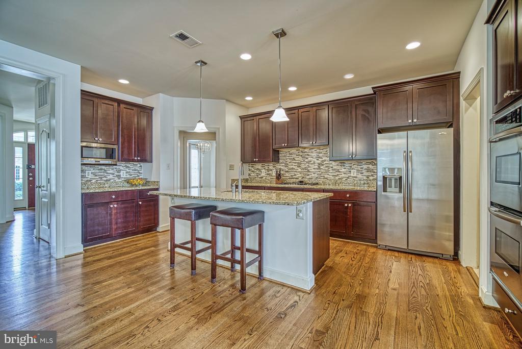 Gourmet Kitchen with Large Island - 42439 MERIDIAN HILL DR, BRAMBLETON