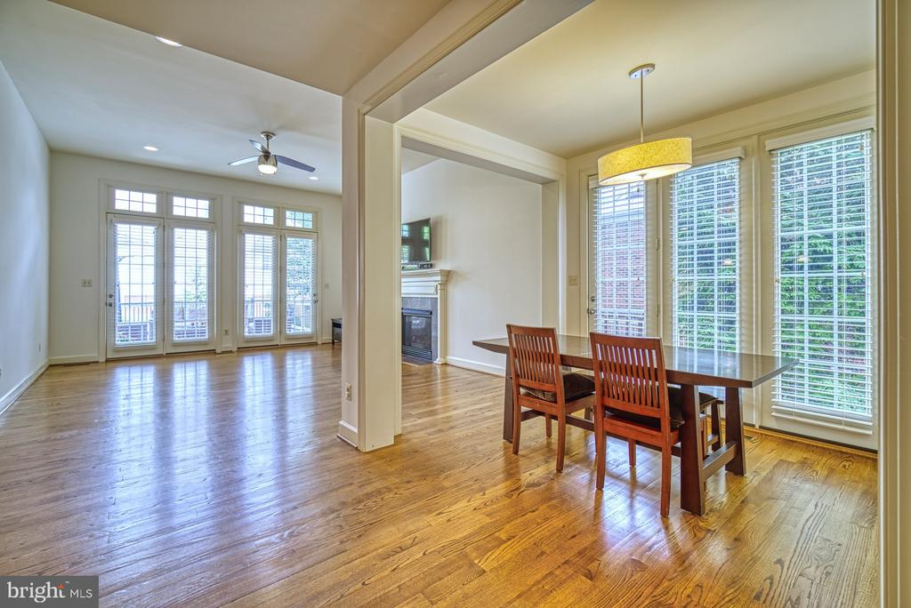 Kitchen Flows Nicely into Family Room - 42439 MERIDIAN HILL DR, BRAMBLETON