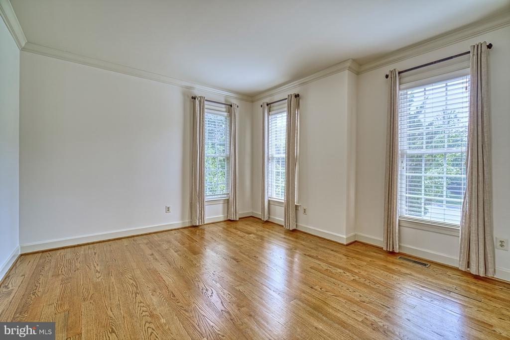 Sun Filled Living Room - 42439 MERIDIAN HILL DR, BRAMBLETON