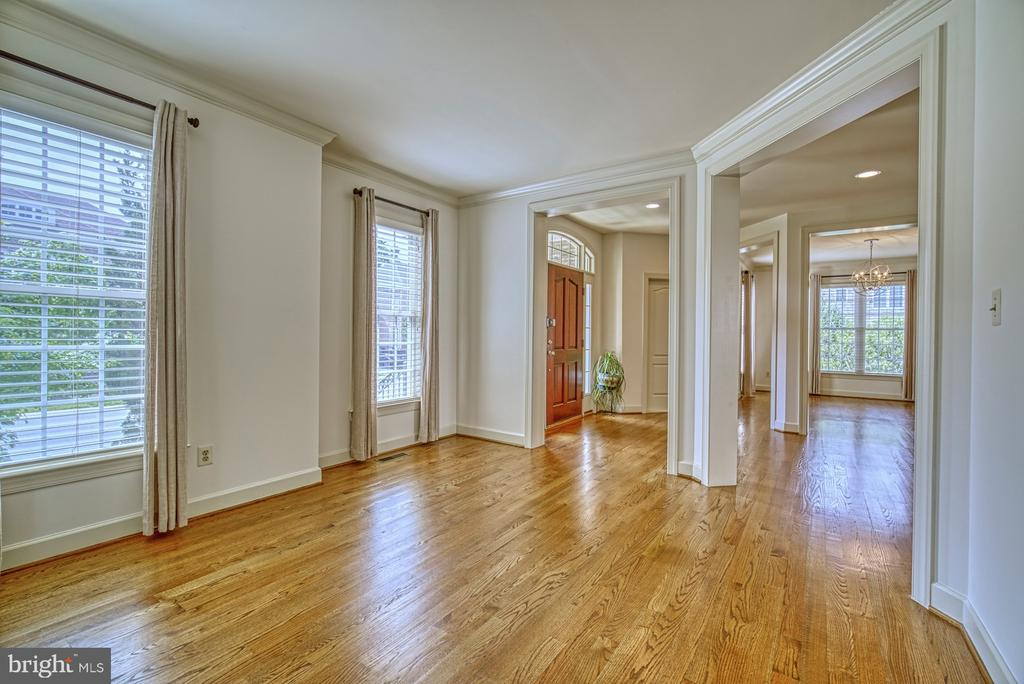 Stunning SOLID WOOD Floors - 42439 MERIDIAN HILL DR, BRAMBLETON