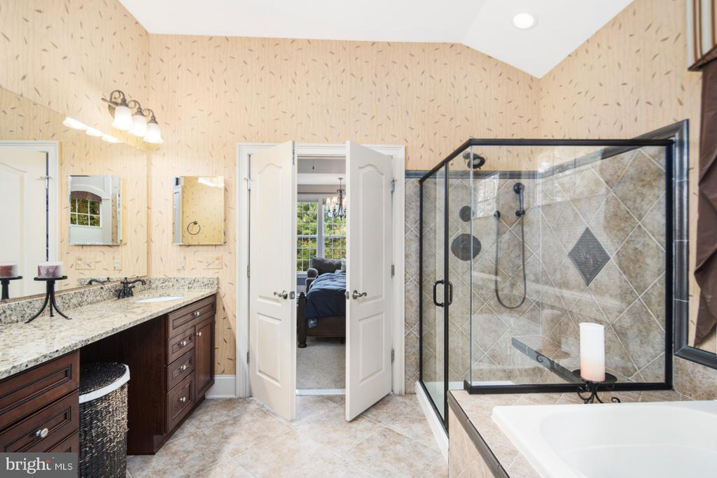 on-suite master bath - 2270 W GREENLEAF DR, FREDERICK