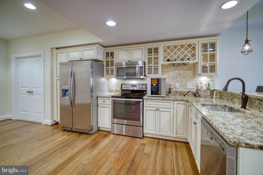 Nicely Appointed Second Full Kitchen - 42439 MERIDIAN HILL DR, BRAMBLETON
