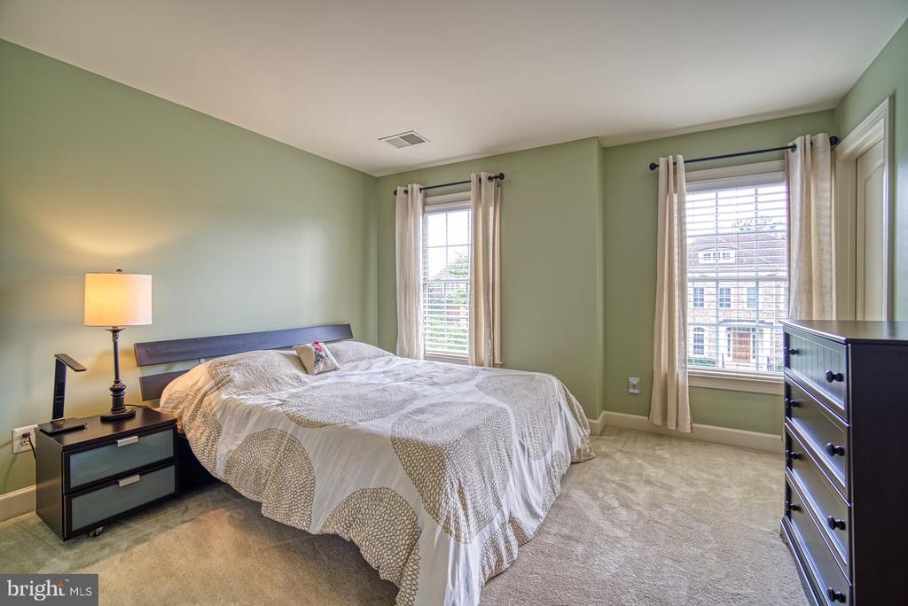 Second Bedroom and En-Suite - 42439 MERIDIAN HILL DR, BRAMBLETON