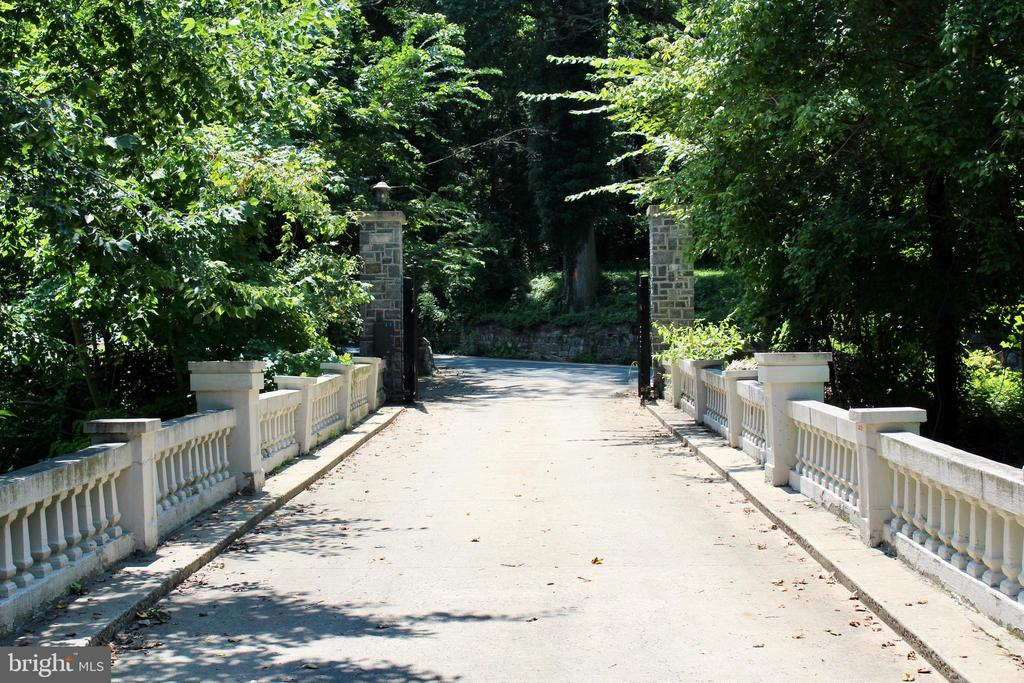 Gated private driveway to parking garage - 9610 DEWITT DR #PH412, SILVER SPRING