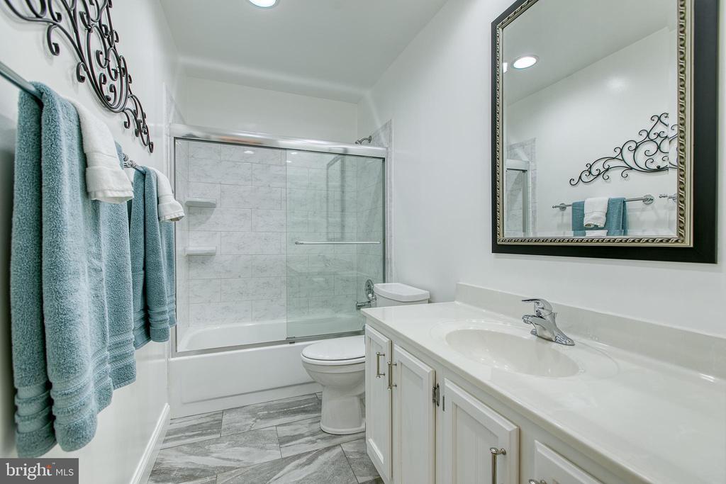 Updated hall bath - 10517 CEDAR CREEK DR, MANASSAS