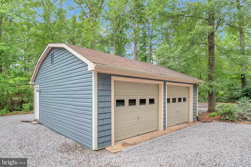 Detached heated & cooled garage offers flex space - 1201 LAKEVIEW PKWY, LOCUST GROVE
