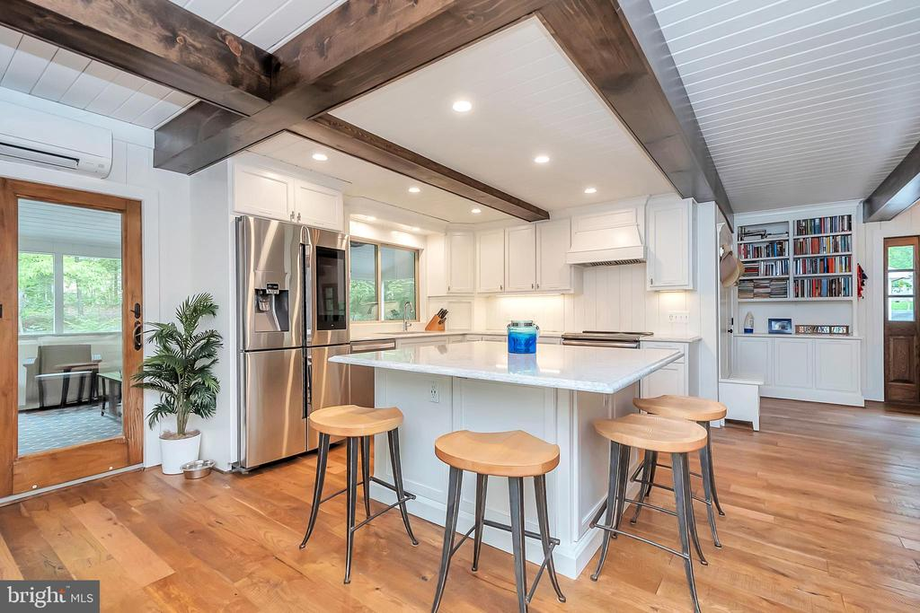 Kitchen opens to screened porch - 1201 LAKEVIEW PKWY, LOCUST GROVE
