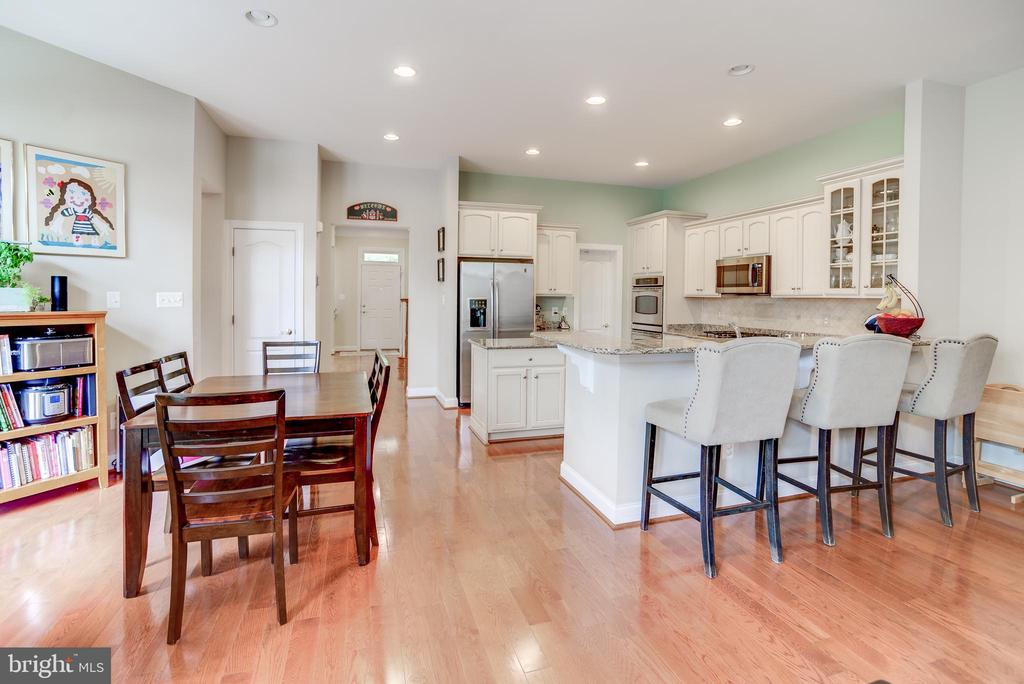 Breakfast bar and large table space too in kitchen - 43600 CANAL FORD TER, LEESBURG