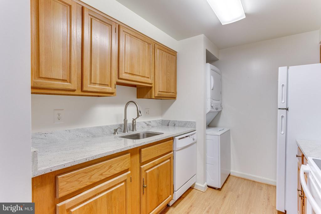 Kitchen with brand new dishwasher - 805 N HOWARD ST #336, ALEXANDRIA