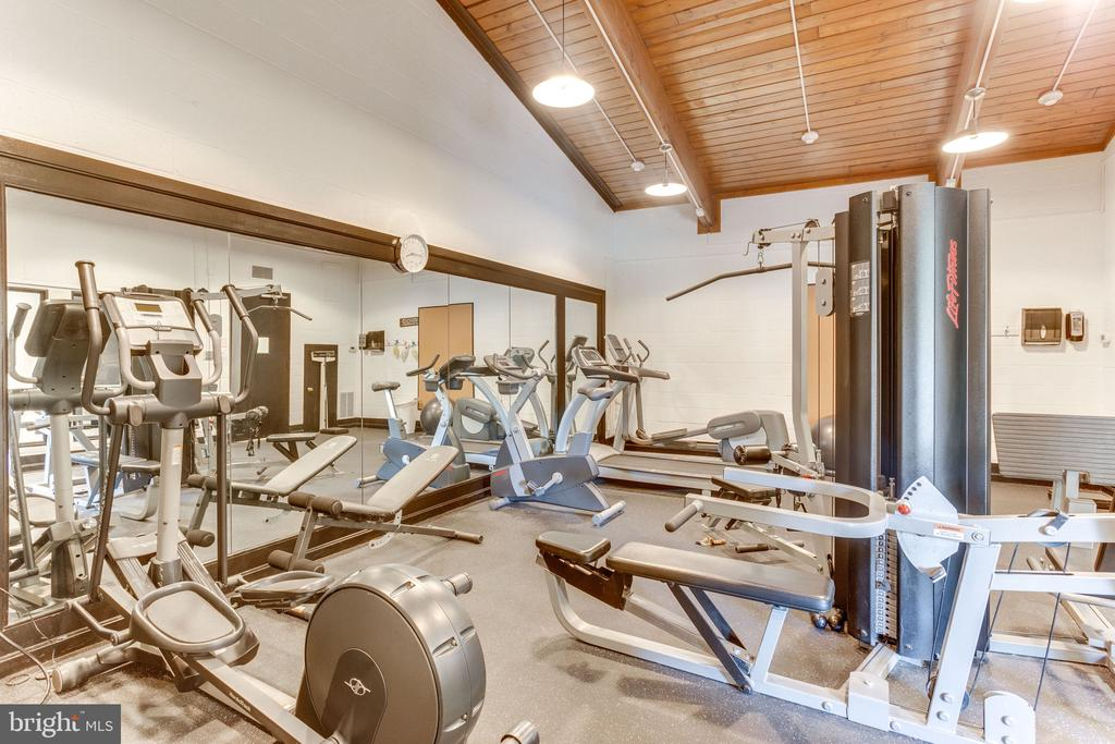 Well-equipped fitness center - 805 N HOWARD ST #336, ALEXANDRIA