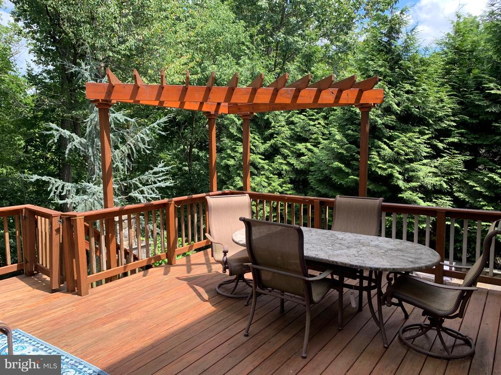 Large private deck off main level - 20592 CUTWATER PL, STERLING