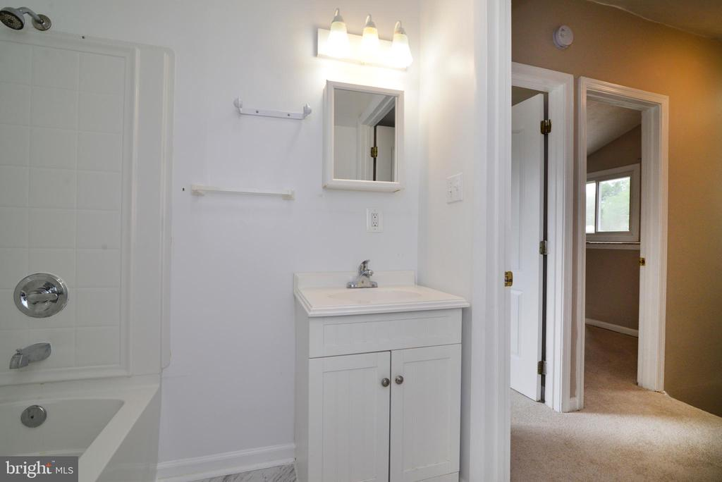 Upper Full Bath with skylight - 246 W MEADOWLAND LN, STERLING
