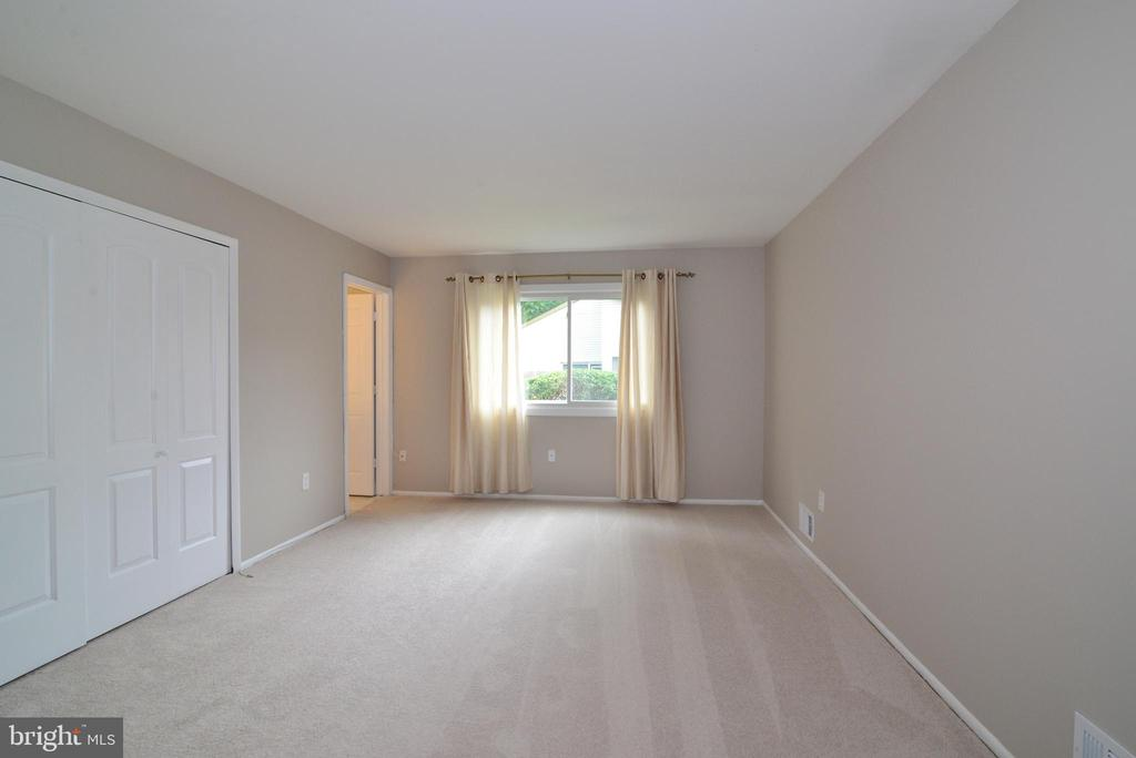 Master Bedroom off foyer - 246 W MEADOWLAND LN, STERLING