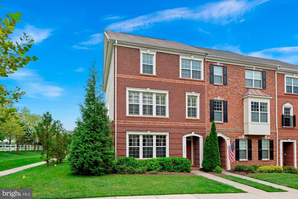 End Unit Town Home nearly 2400 Finished 3 Levels - 43666 CHICACOAN CREEK SQ, LEESBURG