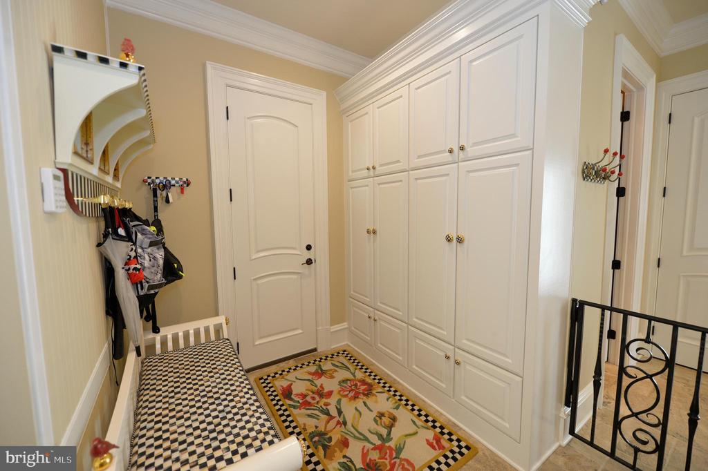 Mud room with lots of storage cabinets - 40483 GRENATA PRESERVE PL, LEESBURG
