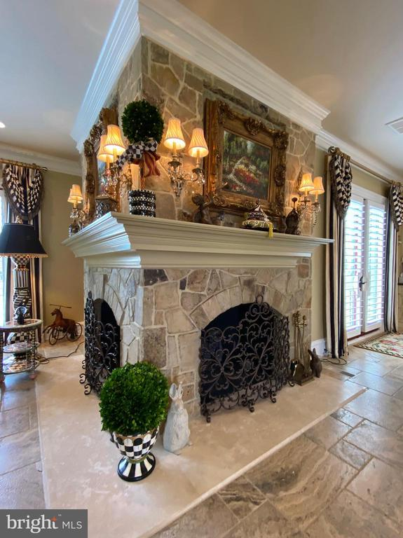 Corner double fireplace - 40483 GRENATA PRESERVE PL, LEESBURG