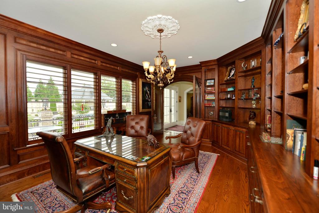 Handsome office overlooking patio & pool - 40483 GRENATA PRESERVE PL, LEESBURG