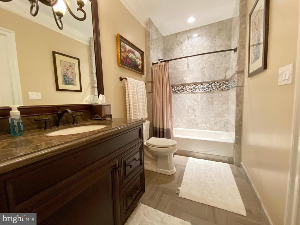 Third en-suite private bath - 40483 GRENATA PRESERVE PL, LEESBURG