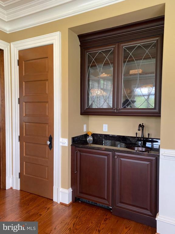 Mini bar with fridge at main level office - 40483 GRENATA PRESERVE PL, LEESBURG