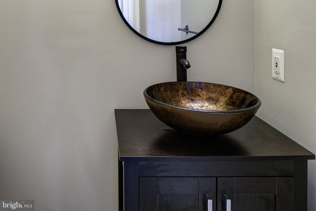 Powder Room with Custom Vanity - 42428 HOLLY KNOLL CT, ASHBURN
