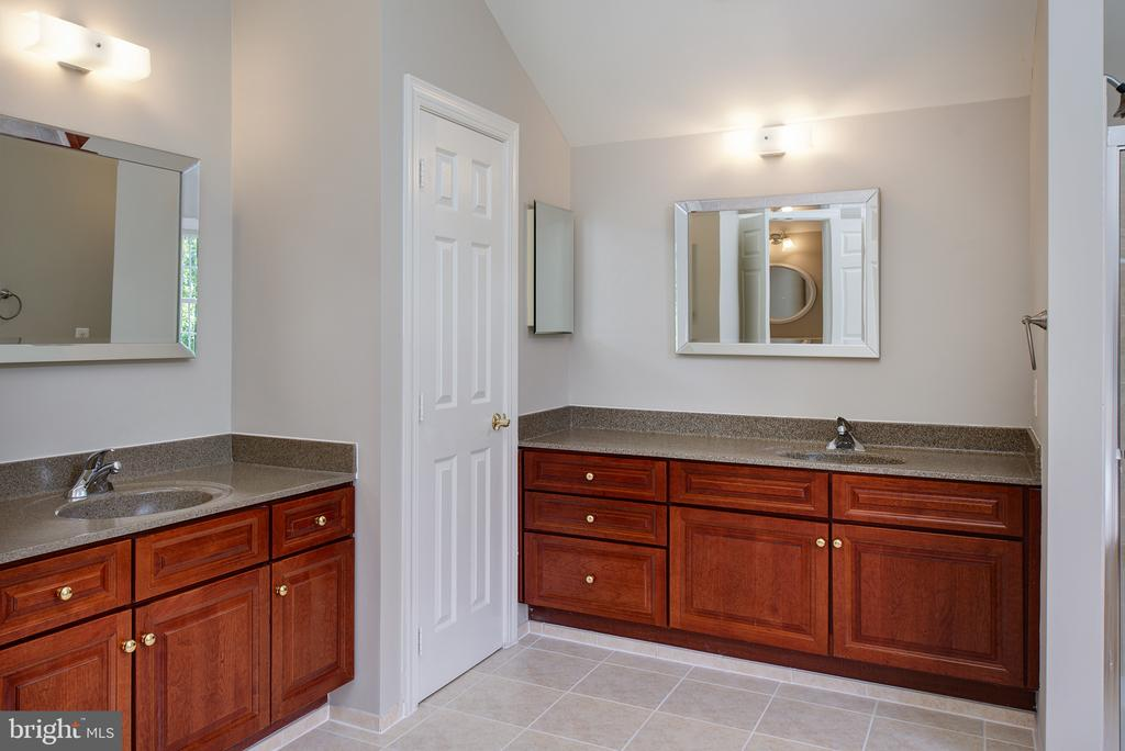 Separate Vanities and Commode Closet - 42428 HOLLY KNOLL CT, ASHBURN