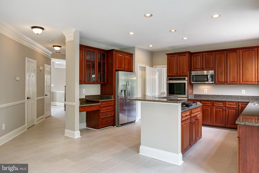 Upgraded appliances - 42428 HOLLY KNOLL CT, ASHBURN