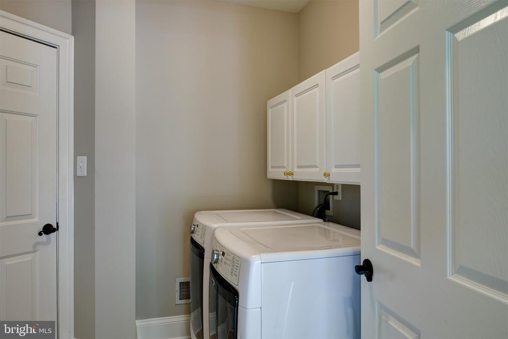 Large Laundry Room with Cabinets - 42428 HOLLY KNOLL CT, ASHBURN