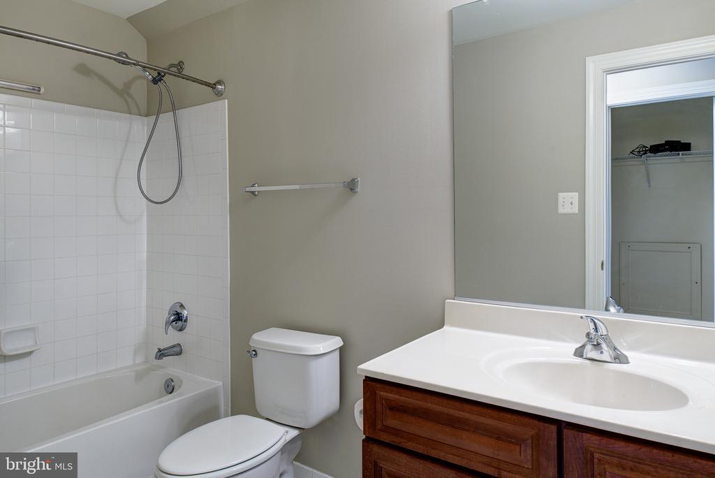 En suite full Bath - 42428 HOLLY KNOLL CT, ASHBURN