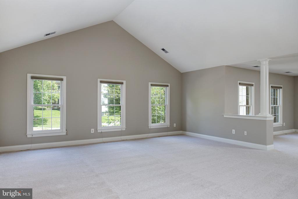 Very Spacious Owners Bedroom w/Cathedral Ceiling - 42428 HOLLY KNOLL CT, ASHBURN
