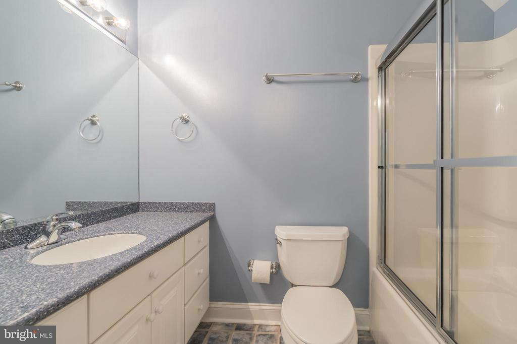 Upper Level Full Bath - 5229 GRIFFITH RD, GAITHERSBURG