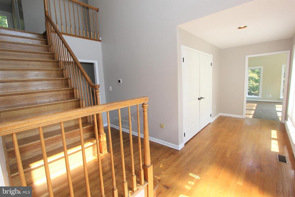 Entry foyer with gleaming hardwood floors - 5520 BOOTJACK DR, FREDERICK
