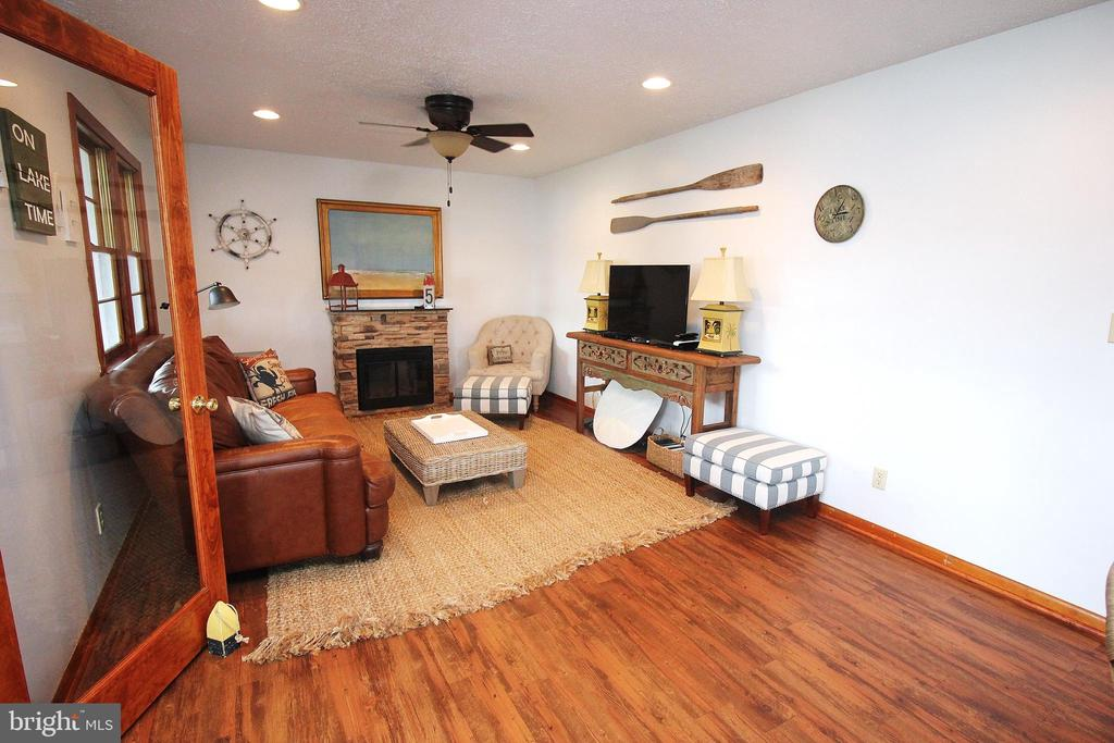 Cozy Family Room - 15908 DAYS BRIDGE RD, MINERAL