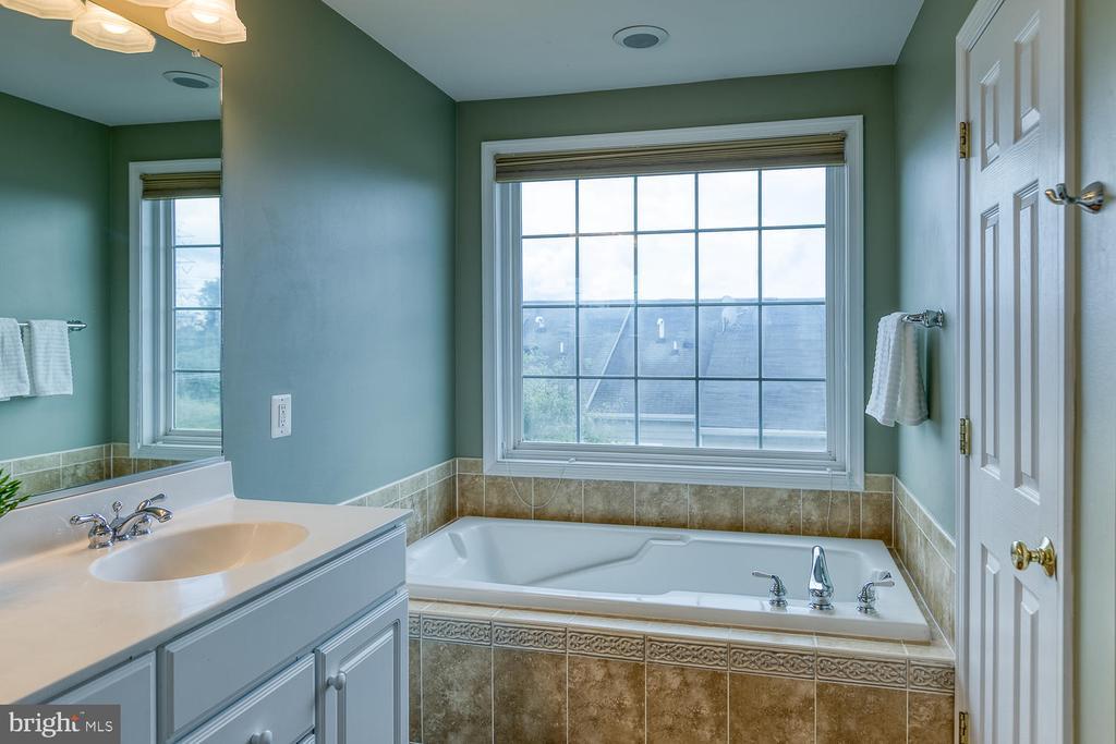 Relax in the soaking tub! - 2405 BROOKMOOR LN, WOODBRIDGE