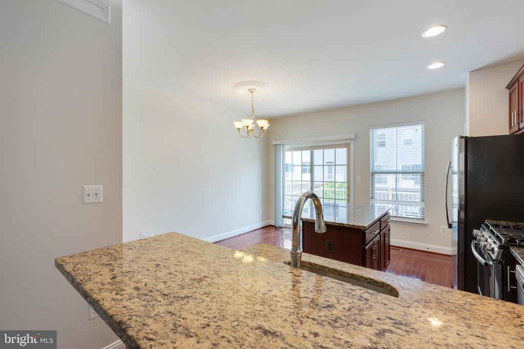 Main Level Kitchen with upgrade counters - 4512 POTOMAC HIGHLANDS CIR, TRIANGLE