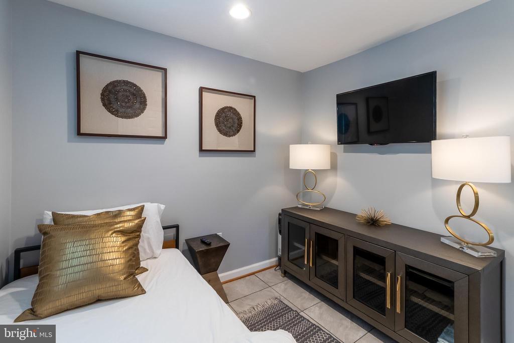 Basement bedroom - 2209 FRANKLIN ST NE, WASHINGTON