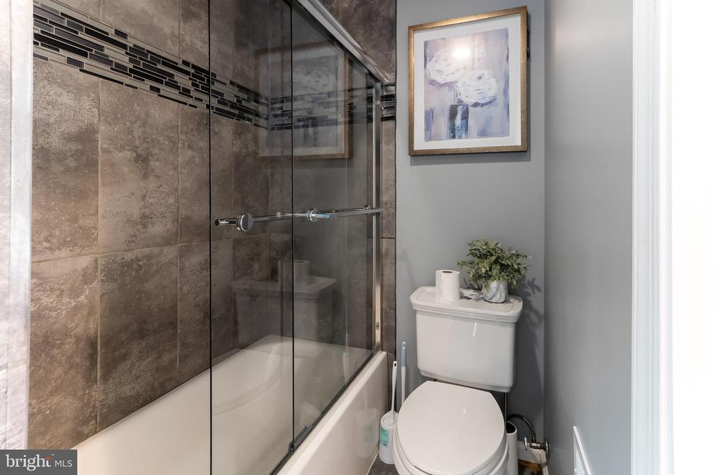 Owner's suite bathroom - 2209 FRANKLIN ST NE, WASHINGTON