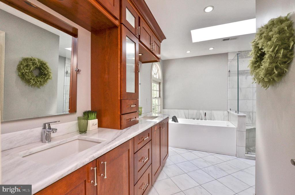 Light filled bathroom with large windows and sky l - 20592 CUTWATER PL, STERLING