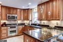 Plenty of counter and cabinet space - 20938 SANDSTONE SQ, STERLING